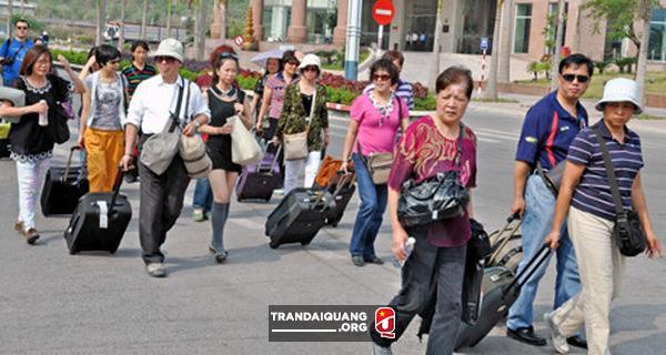 Việt Nam trục xuất người nước ngoài lợi dụng visa du lịch để kinh doanh, làm hướng dẫn viên bất hợp pháp